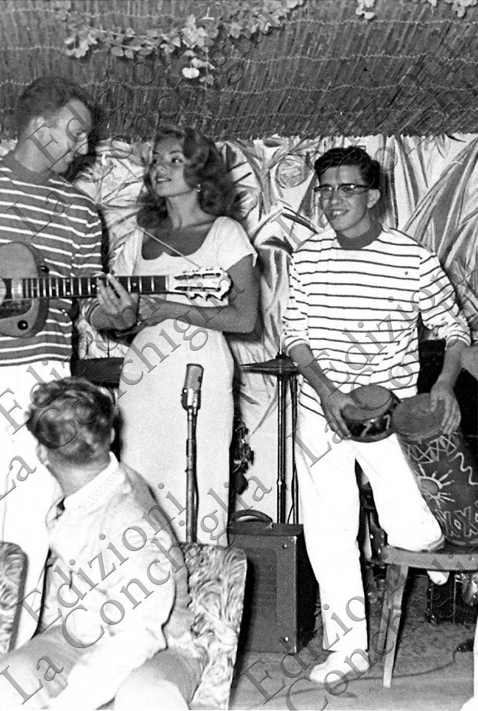 Un giovane Peppino Di Capri insieme ad Abbe Lane, Fragments of style, Frammenti di uno stile, Vita Dolce Vita, Capri Movies. Edizioni La Conchiglia Capri.