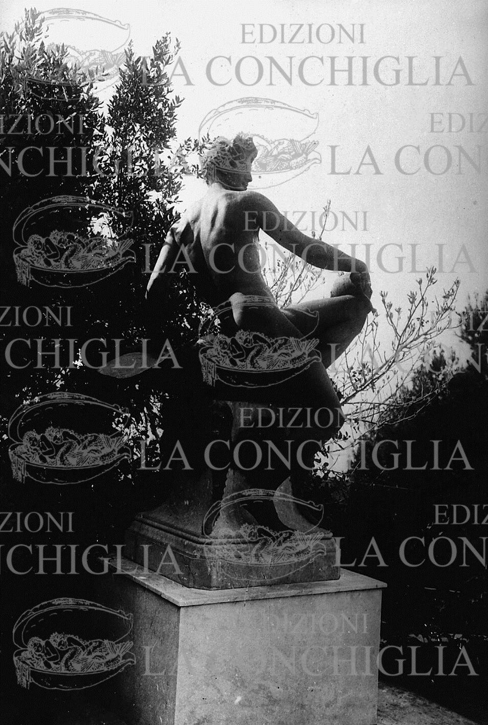 La statua che raffigurava Nino Cesarini in una foto del 1921 ca.